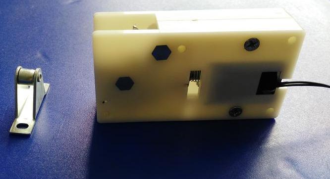 (一) 产品特点及参数: 1、 自动开箱:通电瞬间开锁,箱门自动弹开,以便立刻断开电源,节省能源; 2、 工作方式:采用关门(断电)上锁、通电瞬间触发开锁的工作模式,允许通电持续时 间1---5 秒,最好在5秒内,但最长不能超过10秒,适合各种智能箱柜使用; 3、 电气参数: DC12V 2A; 4、 弹力比其它同类产品大,弹力大小可以根据用户要求进行调节,可适用于0.